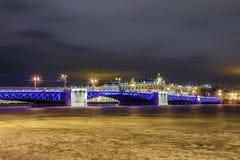 H?rlig slottbro p? Neva River i St Petersburg i Ryssland mellan slottfyrkanten och den Vasilievsky ?n i vintertid arkivfoton