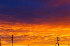h?rlig solnedg?ng Antenner och rör på solnedgången I lager regnmoln Ljus blå orange bakgrund Texturen av solnedgången arkivfoto
