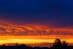 h?rlig solnedg?ng F?rgrik dramatisk himmel p? solnedg?ngen I lager regnmoln Ljus blå orange bakgrund Texturen av solnedgången arkivfoton