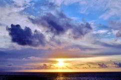 H?rlig solnedg?ng ?ver det indiska havet royaltyfri fotografi