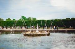 H?rlig springbrunn av den UNESCO listade Peterhof slotten p? St Petersburg royaltyfri bild