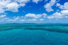 h?rlig stor barri?rrev med vita moln p? en solig dag, r?sen, Australien fotografering för bildbyråer