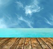H?rlig tropisk paradisstrand med tr?golvet arkivbilder