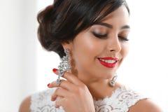 H?rlig ung kvinna med eleganta smycken arkivfoto