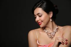 H?rlig ung kvinna med eleganta smycken p? m?rk bakgrund fotografering för bildbyråer
