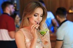 H?rlig ung kvinna med exponeringsglas av den martini coctailen arkivfoton