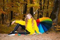 H?rliga Autumn Woman med Autumn Leaves p? nedg?ngnaturbakgrund Gladlynt härlig flicka i röd tröja utomhus på arkivbilder