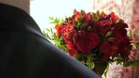 H?rliga blommor i h?nder av mang?van f?r hans ?lskade kvinna Brudgum med blommor härlig bukett av röda rosor in stock video