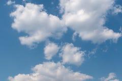 H?rliga fluffiga oklarheter i den bl?a skyen arkivfoton