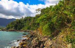 H?rliga landskap kan finnas i Maresias, Brasilien royaltyfri foto