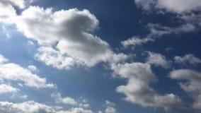H?rliga moln med bakgrund f?r bl? himmel Himmel med bl?tt f?r moln f?r molnv?dernatur bluen clouds skysunen arkivfilmer