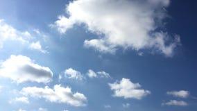 H?rliga moln med bakgrund f?r bl? himmel Himmel med bl?tt f?r moln f?r molnv?dernatur bluen clouds skysunen lager videofilmer