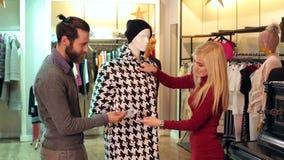 H?rliga par tycker om att shoppa tillsammans i shoppinggalleria stock video