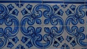H?rliga tegelplattor p? en Lissabon v?gg royaltyfri foto