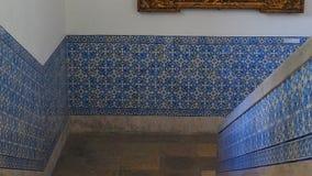 H?rliga tegelplattor p? en Lissabon v?gg royaltyfria foton
