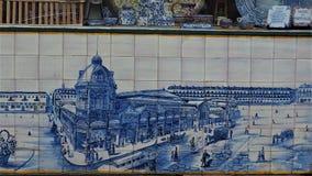 H?rliga tegelplattor p? en Lissabon v?gg royaltyfria bilder