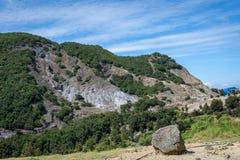 H?rligt landskap av monteringen Papandayan Det Papandayan berget ?r ett av det favorit- st?llet som fotvandrar p? Garut arkivfoton