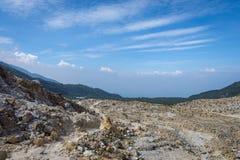 H?rligt landskap av monteringen Papandayan Det Papandayan berget ?r ett av det favorit- st?llet som fotvandrar p? Garut arkivfoto