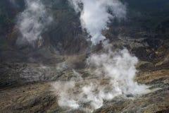H?rligt landskap av monteringen Papandayan Det Papandayan berget ?r ett av det favorit- st?llet som fotvandrar p? Garut fotografering för bildbyråer