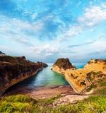 H?rligt landskap med den popul?ra kanalen f?r klippor av k?rleksaff?r f?r ` f?r f?r?lskelsekanal D p? ?n av Korfu, Grekland fornt royaltyfri foto
