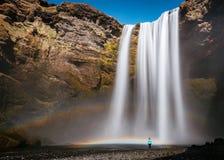 H?rligt skott av en vattenfall i steniga berg royaltyfri foto