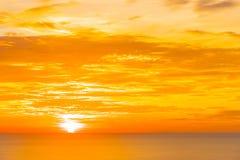 H?rligt tropiskt utomhus- naturlandskap av havshavet p? soluppg?ng arkivbild