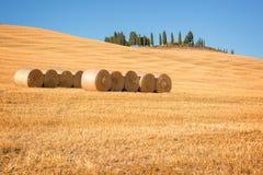 H?rligt typisk landskap av Val D ` Orcia i Tuscany med h?baler i ett f?lt i sommar, Val D ` Orcia, Tuscany Italien arkivfoton