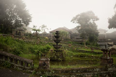 Hôtel abandonné et mystérieux Bedugul Taman dans le brouillard l'indonésie Photos stock