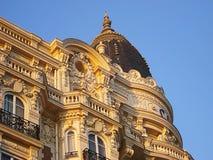 Hôtel Carlton un des tours et fragment de la conception extérieure, vue décorative de bâti de stuc du boulevard Croisette Images stock
