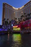 Hôtel-casino d'île de Treaure la nuit à Las Vegas, le 21 juin 2013 Photo libre de droits