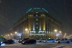 Hôtel d'Astoria et l'embouteillage pendant la nuit de neige Image stock