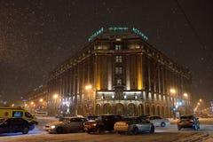 Hôtel d'Astoria et l'embouteillage pendant la nuit de neige Photographie stock libre de droits