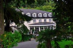 Hôtel dans la forêt images stock