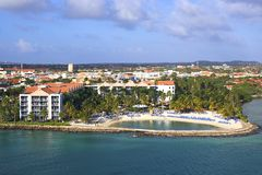 Hôtel dans le port d'Aruba, des Caraïbes Image stock