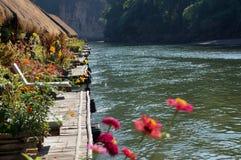 Hôtel de flottement de radeau sur la rivière Kwai en Thaïlande Images stock