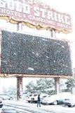 Hôtel de grève d'or et Hall Sign de jeu dans la neige Photos stock