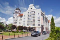 Hôtel de Kaiserhof dans le village de poissons à Kaliningrad, un beau paysage de ville d'été Image libre de droits