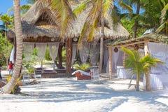 Hôtel de luxe à la station de vacances tropicale sur le rivage d'océan Images libres de droits