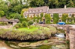 Hôtel de maison de campagne dans le village de Cotswold de Bibury Image libre de droits
