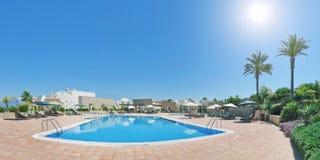 Hôtel de panorama avec la piscine pendant des vacances et Image stock