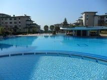 Hôtel de piscine dans le Grec Photographie stock