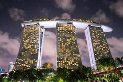 Hôtel de tourisme de Marina Bay Sands à Singapour la nuit Images libres de droits