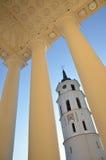 Hôtel de ville avec des colonnes et un plafond à jour à Vilnius Photos libres de droits