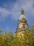 Hôtel de ville de Bolton au-dessus des arbres feuillus images stock