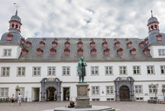 Hôtel de ville de Coblence, Allemagne avec la statue de Johannes-Muller-Denkmal Photographie stock