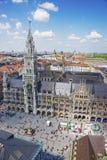 Hôtel de ville de Munich et vue aérienne carrée de Marienplatz Photographie stock libre de droits