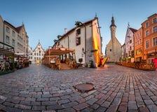 Hôtel de ville et Hansa Restaurant d'antan de Tallinn pendant le matin image libre de droits