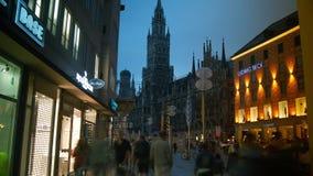 Hôtel de ville sur la place principale Marienplatz au centre de Munich banque de vidéos