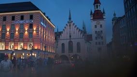 Hôtel de ville sur la place principale Marienplatz au centre de Munich clips vidéos