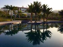 Hôtel et lac rustiques de luxe images libres de droits